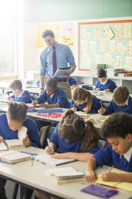 Grundschulkinder im Klassenzimmer während der Lektion — Stockfoto