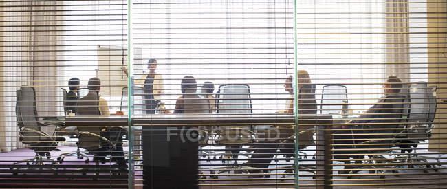 Geschäftsleute verfolgen Präsentation im Konferenzraum — Stockfoto