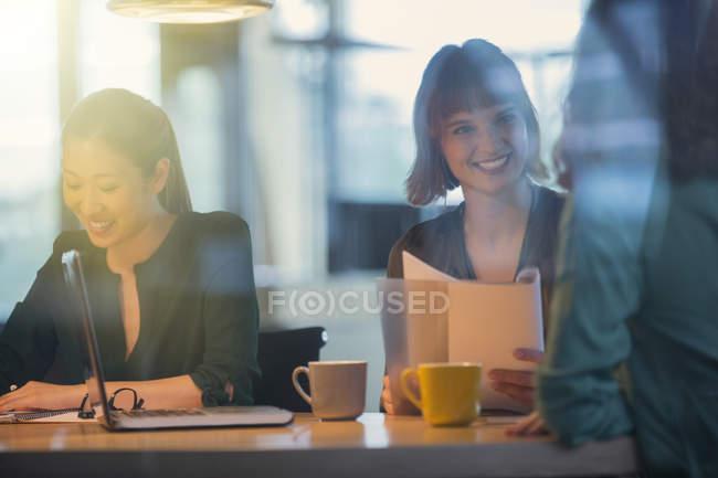 Говорить в бюро совещания женщин-предпринимателей — стоковое фото
