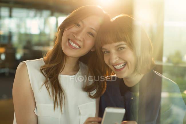 Geschäftsfrauen nutzen Handy im Büro — Stockfoto