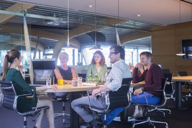 Geschäftsleute sprechen in Büro-Besprechung — Stockfoto