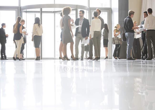 Gruppe von Geschäftsleuten stehen und reden im Büro — Stockfoto