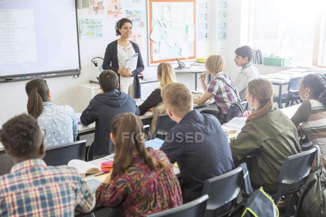Insegnante ed allievi in aula durante la lezione — Foto stock