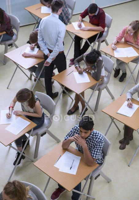 Vista elevata degli studenti che scrivono il loro esame GCSE — Foto stock