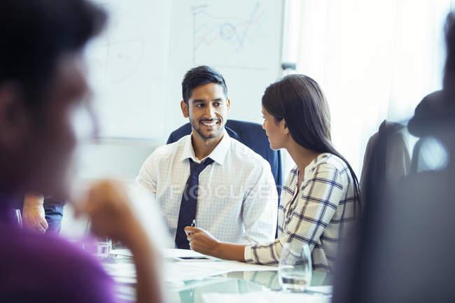 Предприниматель и бизнесмен сидеть и говорить в зале во время деловой встречи — стоковое фото