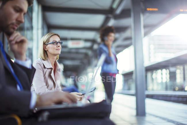 Uomo d'affari che utilizza computer portatile in stazione ferroviaria — Foto stock