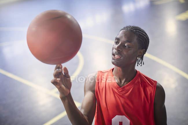 Молодой баскетболист играет в баскетбол на корте — стоковое фото