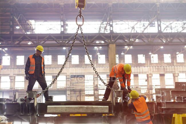 Сталеві працівників кріплення кран ланцюг заводі — стокове фото