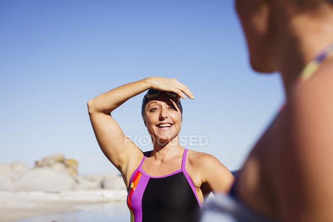 Sorrindo femininos nadadores ativos no oceano ao ar livre — Fotografia de Stock