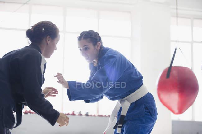 Frauen üben Judo in Turnhalle zusammen — Stockfoto