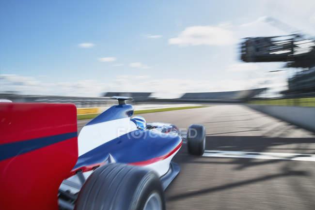 Formel-1-Rennwagen auf der Sportstrecke — Stockfoto