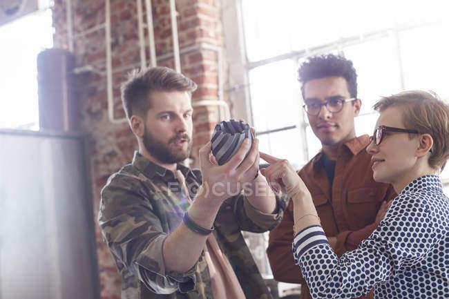 Jovens designers, reunião, examinando o protótipo — Fotografia de Stock