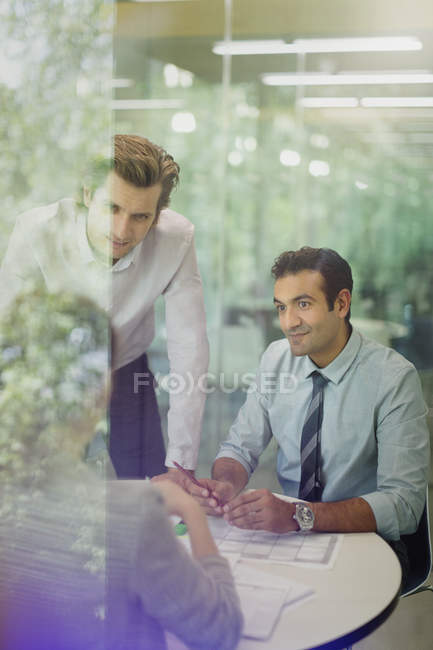 Hommes d'affaires attentifs en séance Salle de conférence — Photo de stock