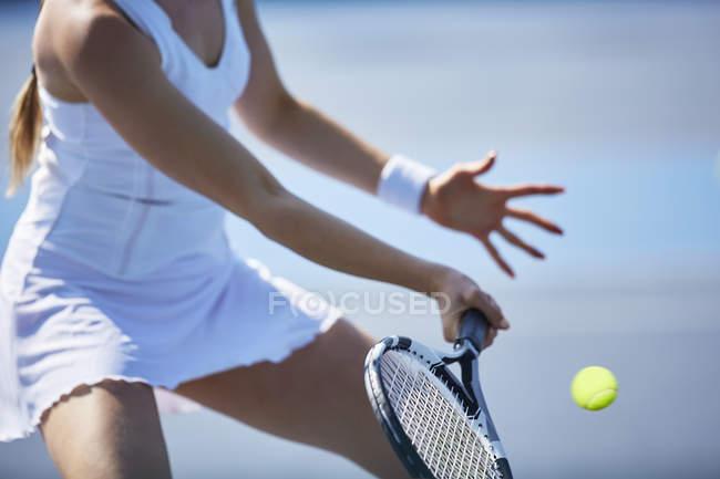 Теннисистка играя в теннис, проведение теннисных ракеток — стоковое фото