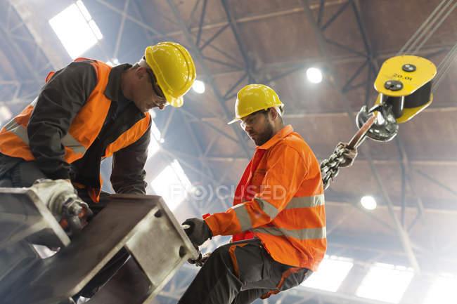 Сталеві працівників кріплення гак крана сталеві заводі — стокове фото
