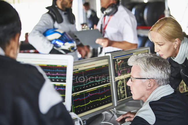 Formel-1-Team überprüft Diagnose-Telemetrie-Daten am Computer — Stockfoto