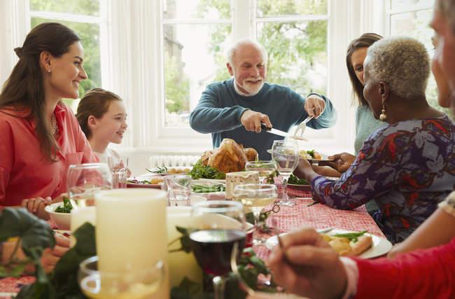 Multi-ethnischen genießen Weihnachten Abendessen Familientabelle — Stockfoto