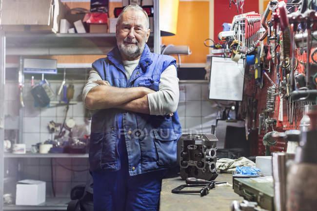 Портрет впевнено старший чоловічого мотоцикл механік в майстерні — стокове фото