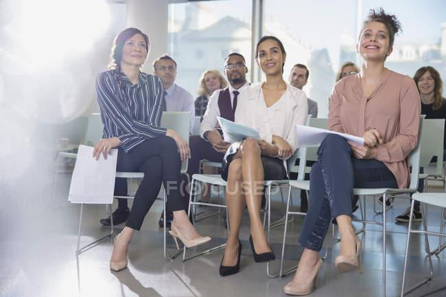 Уважний бізнеследі прослуховування аудиторії конференції — стокове фото