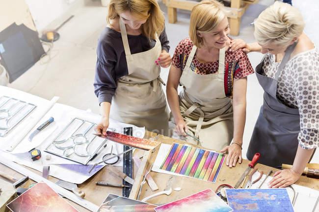 Вітражі художників, що працюють у студії — стокове фото