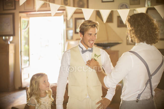 Marié et témoin se préparent pour la cérémonie de mariage — Photo de stock