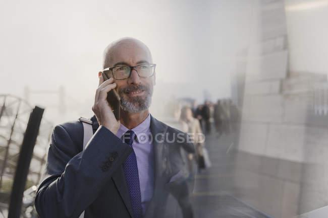 Homme d'affaires parlant sur téléphone portable dans la rue urbaine — Photo de stock