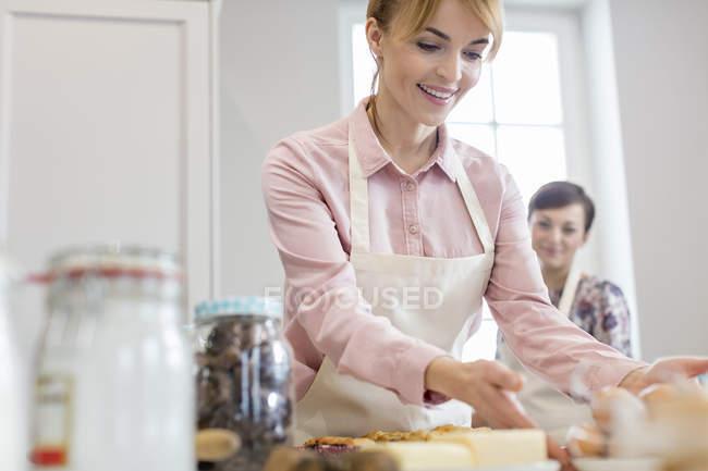 Sourire femme cuisson dans la cuisine — Photo de stock