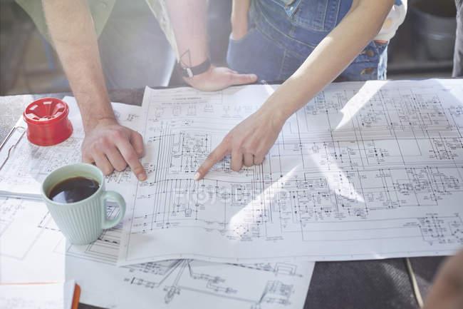 Image recadrée de designers réunion, revoir les plans — Photo de stock