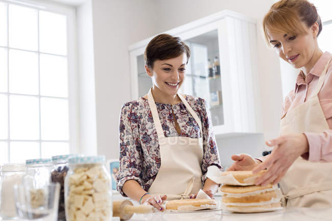 Traiteuses gâteau couche de cuisson dans la cuisine — Photo de stock