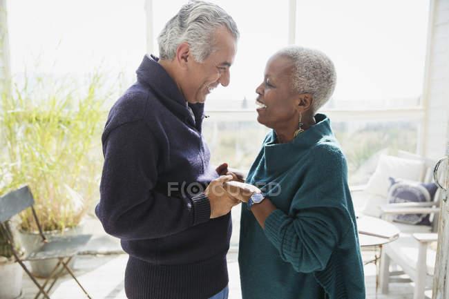 Zärtliches Paar, das sich von Angesicht zu Angesicht die Hände hält — Stockfoto