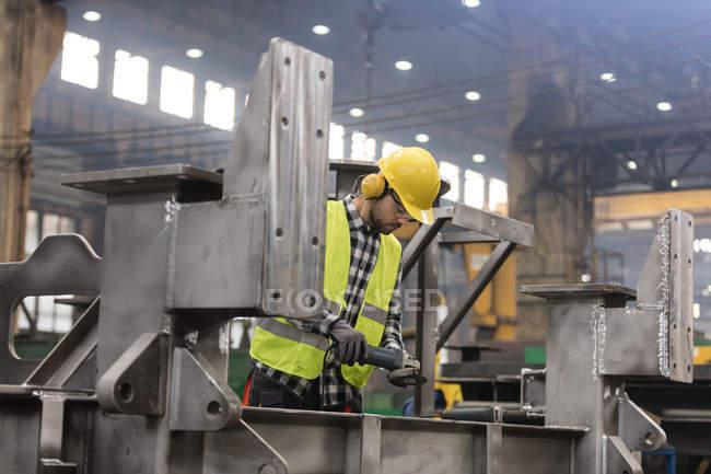 Steel worker working in fabrication factory — Stock Photo