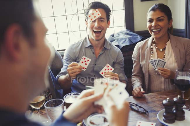 Amici che giocano Blind Man Bluff al bar — Foto stock