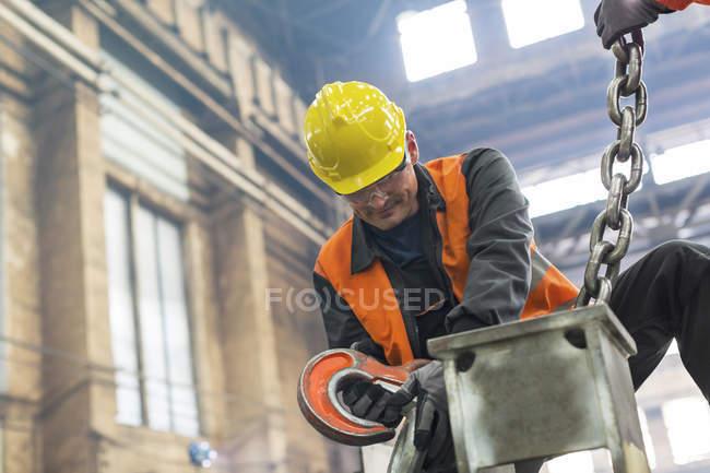 Сталеві працівник кріплення кран ланцюг сталеві заводі — стокове фото