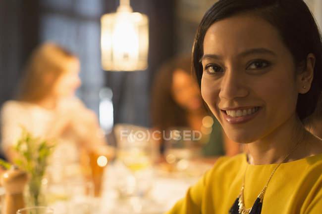 Nahaufnahme Porträt lächelnde Frau beim Essen mit Freunden am Restauranttisch — Stockfoto