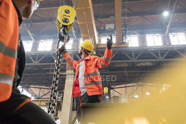 Сталеві працівників кріплення ланцюг кранові заводі — стокове фото