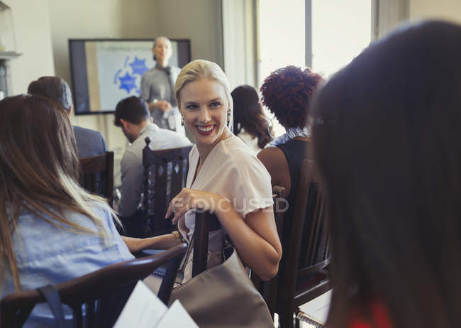Mulheres de negócios sorridentes conversando no público da conferência de negócios — Fotografia de Stock