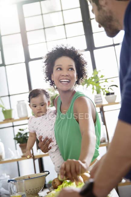 Щаслива родина, приготування їжі в домашній кухні — стокове фото