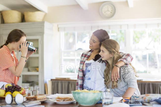 Adolescentes se photographier dans la salle à manger — Photo de stock