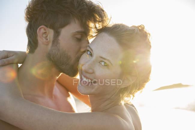 Retrato de casal jovem sorridente à luz do sol — Fotografia de Stock