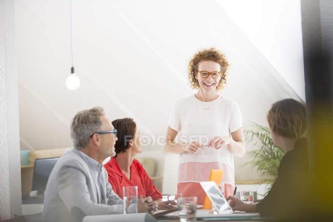 Quatre personnes à la réunion dans un bureau moderne — Photo de stock