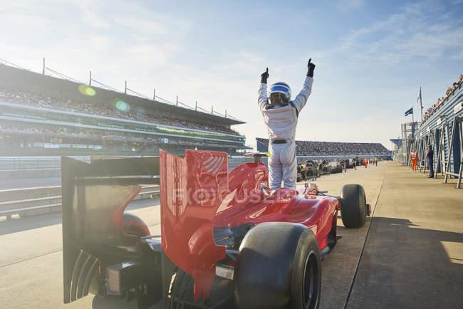 Формула один автогонщик аплодисменты на спортивные дорожки, празднует победу — стоковое фото