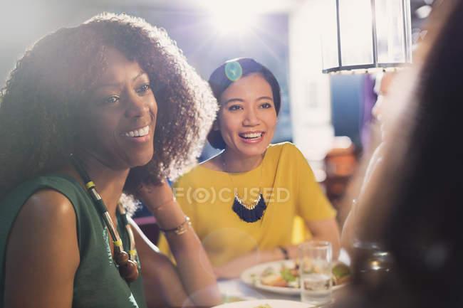 Freundinnen reden und essen am Restauranttisch — Stockfoto