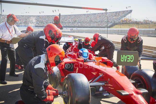 Яма екіпажем заміни шин на гонку формули один автомобіль у сесії практиці lane яму — стокове фото
