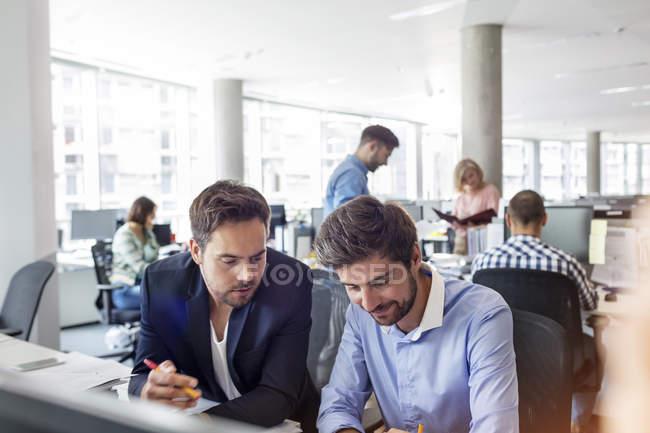 Підприємців, які працюють на реєстрації в office — стокове фото