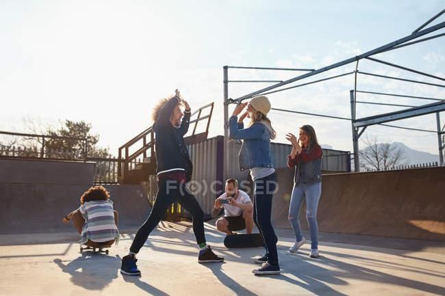 Друзі high-fiving на Сонячний Скейт-парк — стокове фото