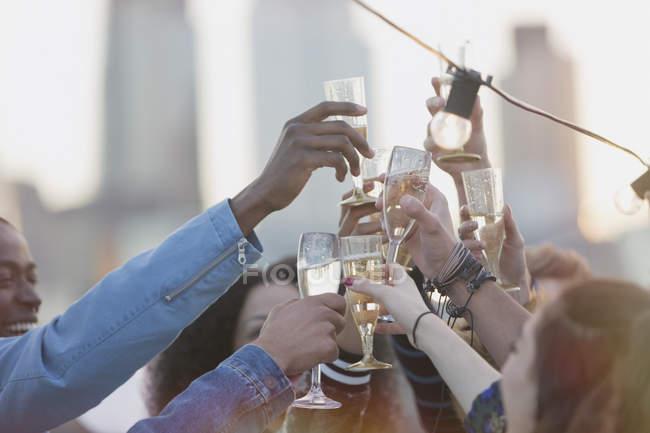 Восторженных молодых взрослых, поджаривания коктейли на крыше партии — стоковое фото