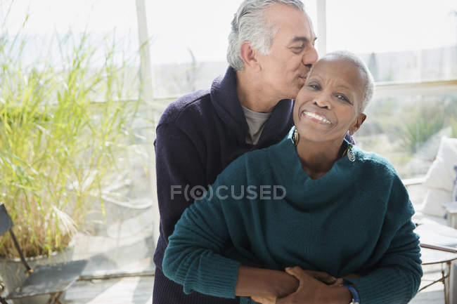Portrait affectueux senior couple caresses et baisers — Photo de stock