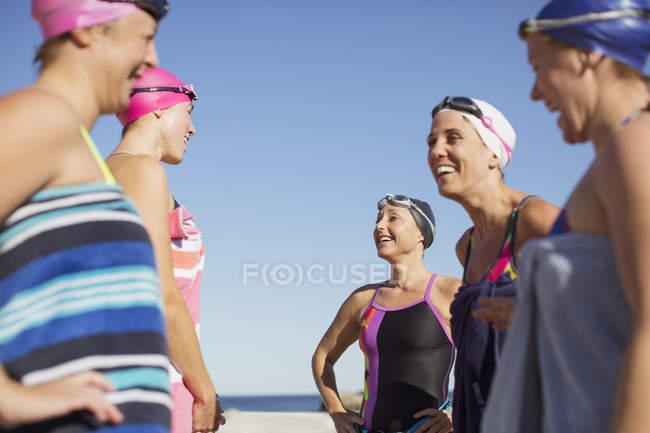 Nageurs actives féminines debout à l'océan sur fond à l'extérieur — Photo de stock