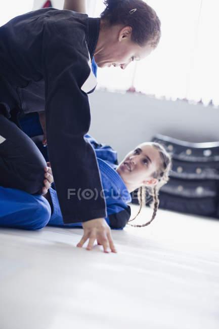 Bestimmt, harten Frauen üben Judo in Turnhalle — Stockfoto