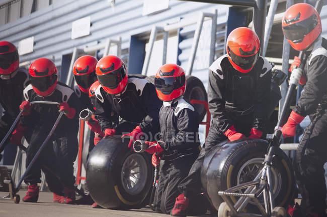 Яма екіпажем готові з шин у формулі один піт-лейн — стокове фото